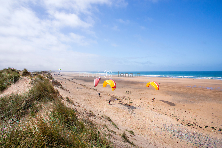 France, Manche (50), Cotentin, Cap de la Hague, les dunes de Biville, site naturel protégé par le Conservatoire du Littoral, spot de parapente // France, Manche, Cotentin Peninsula, Cap de la Hague, dunes of Biville,  protected natural site by the Conservatoire du littoral (Coastal protection agency), paragliding