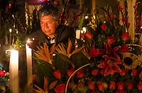 CIDADE DO MÉXICO, MÉXICO, 01.11.2016 - MORTOS-MEXICO -  Movimentação no cemitério San Gregorio Atlapulcono, na região de Xochimilco, nesta terça-feira, 01. (Foto: Bete Marques/Brazil Photo Press/Folhapress)