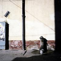 Venezia: un taglio di luce in una calle..Venice: a beam of light on a street