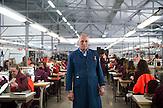 In Suhareka, einer<br /> Stadt im S&uuml;dkosovo, steht die Schuhfabrik<br /> Solid, gegr&uuml;ndet 1995 und eine der<br /> erfolgreichsten Firmen des Landes. Das<br /> Familienunternehmen mit 270 Mitarbeitern<br /> stellt t&auml;glich 1200 Paar Lederschuhe<br /> her, vor allem f&uuml;r den einheimischen<br /> Markt. Ein wachsender Anteil wird aber<br /> auch exportiert. Nach Albanien, Mazedonien,<br /> Italien oder Deutschland / Employees at the  Shoe Factory &quot;Solid&quot; near the town of Suhareka
