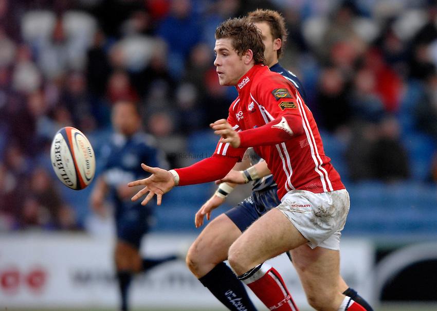 Photo: Richard Lane..Sale Sharks v Llanelli Scarlets. EDF Energy Anglo Welsh Cup. 02/12/2006. .Scarlets' Gavin Evans passes.