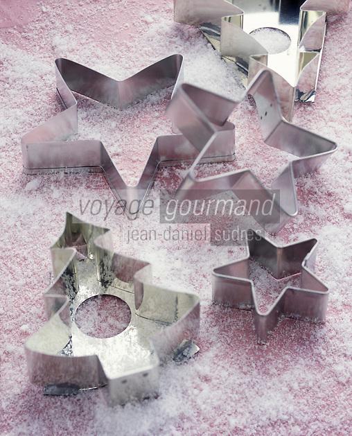 Gastronomie générale / Cuisine générale : /Pâtisserie: Emporte pièce en métal pour découper des formes dans la plaque de pain d'épice