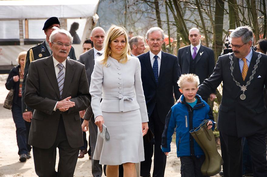 Nederland, Biddinghuizen, 27 febr 2008. .Prinses Maxima heeft vandaag twee zgn tijdscapsules ingegraven in het CO2 bos van Natuurmonumenten. Daarna plantte zij een boompje. Het bos is een nieuw aangelegd bos om CO2 te binden en zo de klimaatverandering tegen te houden. Het is vooral symbolisch bedoeld. Het bos heeft de vorm van een hart...Foto (c) Michiel Wijnbergh