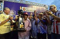 SAO PAULO, SP, 12 FEVEREIRO 2013 - CARNAVAL SP - APURAÇÃO DO GRUPO DE ACESSO-  Presidente da Leandro de Itaquera recebe o troféu do vice campeonato do Grupo de Acesso do Carnaval Paulista 2013, após apuração dos votos realizado no Sambódromo do Anhembi na região norte da capital paulista, nesta terça, 12. A Escola subiu para o Grupo Especial em 2014. FOTO: LEVI BIANCO - BRAZIL PHOTO PRESS