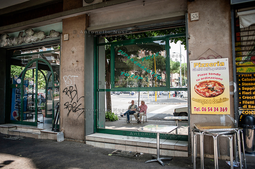 Due anziani riflessi nella vetrina di una pizzeria nel quartiere di San Paolo<br /> Two pensioners reflexed in a window in the San Paolo neighborhood