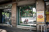 Due anziani riflessi nella vetrina di una pizzeria nel quartiere di San Paolo<br /> Two pensioners reflexed in a window in the San Paolo neighborhood