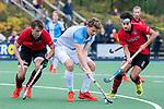 ZEIST-  Roderic Schwirtz (Hurley) met links Hugo Lokhorst (Schaerweijde) en rechts Jelle Pfijffer (Schaerweijde)  . promotieklasse hockey heren, Schaerweijde-Hurley (4-0)  COPYRIGHT KOEN SUYK