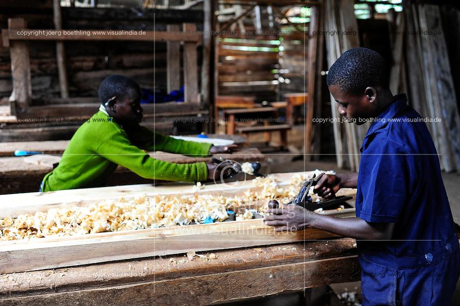 TANSANIA Bukoba, vocational school, carpenter workshop, of St. Theresa Sisters / TANSANIA Bukoba, Projekte der St. Theresa Sisters, Berufsschule bei Igombe, Tischler Ausbildung fuer Jugendliche, wo gearbeitet wird, fallen auch Spaene
