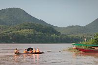 Moines sur un affluent du Mékong, à Luang Prabang, Laos.