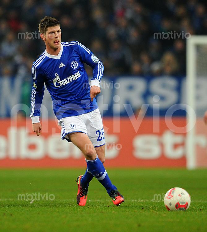 FUSSBALL   DFB POKAL    SAISON 2012/2013    ACHTELFINALE FC Schalke 04 - FSV Mainz 05                          18.12.2012 Klaas Jan Huntelaar (FC Schalke 04)  Einzelaktion am Ball