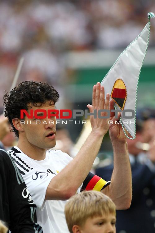 UEFA Euro 2008 Test - Deutschland (GER) vs. Serbien ( SRB ) 2 - 1 am 31.05.2008 in Gelsenkirchen - Auf Schalke<br /> Freundschaftsspiel - Friendlymatch<br /> <br /> Michael Ballack (#13 Chelsea London Deutsche Nationalmannschaft) applaudiert nach der Nationalhymne und h&auml;lt den Deutschen Wimpel in der Hand.<br /> <br /> Foto &copy; nph (  nordphoto  ) *** Local Caption ***