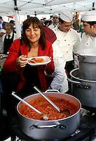 Il presidente della Regione Lazio Renata Polverini con un piatto di coda alla vaccinara di fronte a Montecitorio, Roma, 6 ottobre 2010..UPDATE IMAGES PRESS/Riccardo De Luca