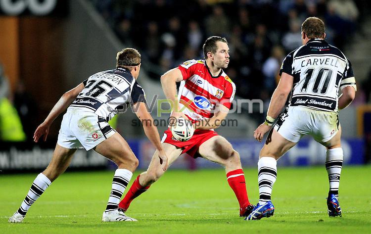 Pix: Chris Mangnall/SWpix.com, Rugby League, Super League Play-Off Semi-Final 29/09/07. Hull FC  v Wigan Warriors....picture copyright>>simon wilkinson>>07811267 706>>....Wigan's Pat Richards avoids Hull's Scott Wheeldon and Garreth Cavell