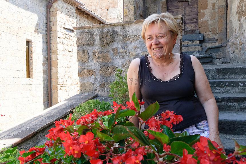 Civita di Bagnoregio. Rossana Medori sulla scala della sua casa vicino alla chiesa di San Donato. Rossana aiuta le figlie nella conduzione del ristorante la Cantina.