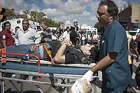 BAS09. BUENOS AIRES (ARGENTINA), 22/02/2012.- Una persona herida es trasladada hoy, miércoles 22 de febrero de 2012, tras el accidente de un tren en Buenos Aires (Argentina). Varias personas han muerto y más de 550 resultaron heridas en el choque y posterior descarrilamiento de un tren en una de las estaciones ferroviarias más concurridas de la ciudad. EFE/Damian Dopacio