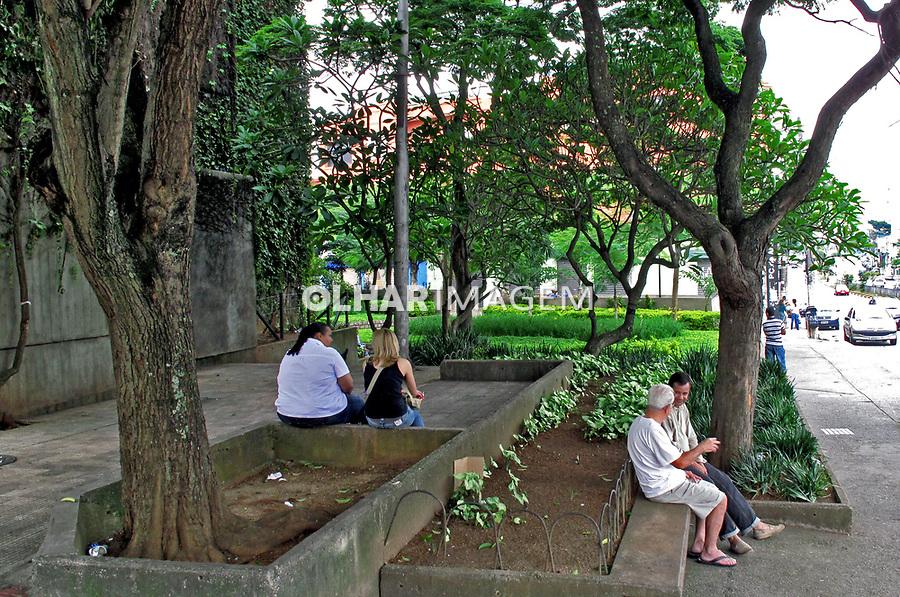 Pessoas sentadas, Praça da Arvore. Bairro Saúde. São Paulo. 2009. Foto de Juca Martins.