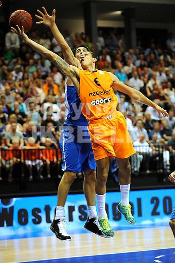 GRONINGEN  Basketbal, Nederland - Israel, Martiniplaza, EK kwalificatie ,  seizoen 2014-2015, 13-08-2014,  Worthy de Jong met Omri Casspi