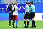 v.l. Dennis Diekmeier (Sandhausen), Aaron Hunt (HSV) abklatschen mit dem Schiedsrichter-Assistenten<br />Hamburg, 28.06.2020, Fussball 2. Bundesliga, Hamburger SV - SV Sandhausen<br />Foto: Tim Groothuis/Witters/Pool//via nordphoto<br /> DFL REGULATIONS PROHIBIT ANY USE OF PHOTOGRAPHS AS IMAGE SEQUENCES AND OR QUASI VIDEO<br />EDITORIAL USE ONLY<br />NATIONAL AND INTERNATIONAL NEWS AGENCIES OUT