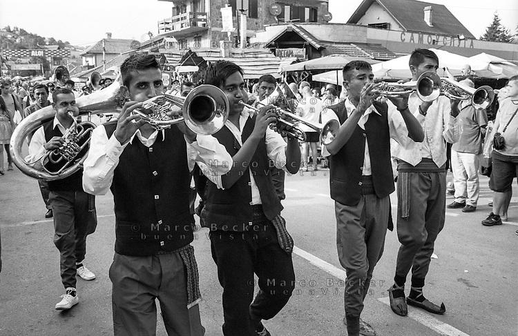Festival di trombe e ottoni di Guca (Cacak). Parata in abiti tradizionali --- Trumpet festival of Guca (Cacak). Parade in traditional dress