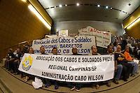 SÃO PAULO, SP - 22.10.2013 - MANIFESTAÇÃO POLICIA CIVIL E MILITAR - SP - Policiais Militares e Civis fazem manifestação por melhores salários, eles ocupam os corredores e duas plenárias da Assembléia Legislativa de São Paulo, nesta terça-feira (22). (Foto: Marcelo Brammer/Brazil Photo Press)