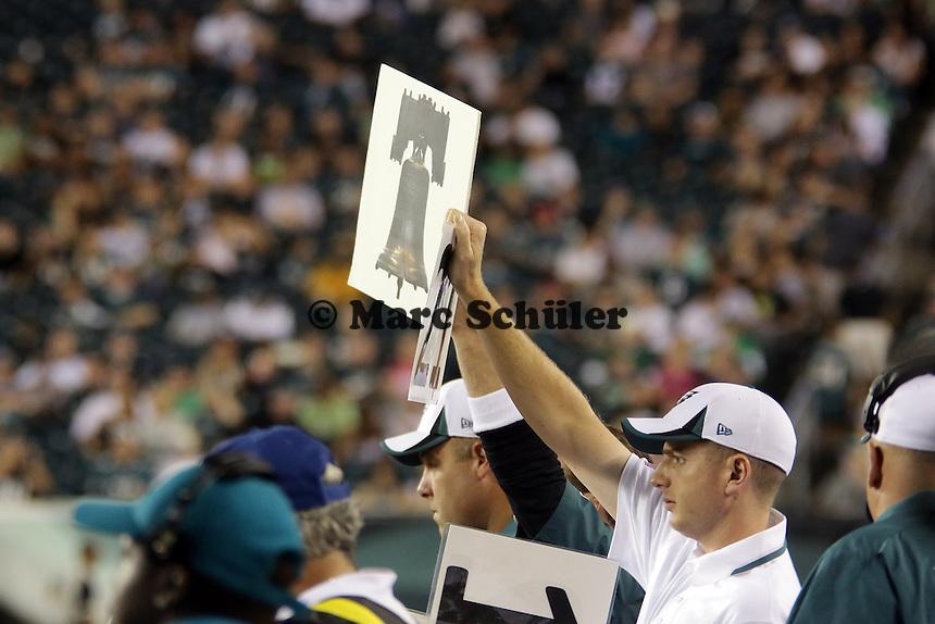 Trainer der Eagles zeigt den nächsten Spielzug an - Philadelphia Eagles vs. Carolina Panthers, Lincoln Financial Field