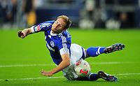 FUSSBALL   1. BUNDESLIGA   SAISON 2012/2013   5. SPIELTAG FC Schalke 04 - FSV Mainz 05                               25.09.2012        Benedikt Hoewedes (FC Schalke 04) Einzelaktion am Ball