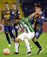 ROSARIO - ARGENTINA - 12-05-2016: Franco Servi (Der.) jugador de Rosario Central de Argentina, disputa el balón con Sebastian Perez (Izq.) jugador de Atletico Nacional de Colombia durante partido de ida de cuartos de final, entre Rosario Central y Atletico Nacional por la Copa Bridgestone Libertadores 2016 en el Estadio Gigante de Arroyito, de la ciudad de Rosario. / Franco Servi (R) player of Rosario Central of Argentina, vies for the ball with Sebastian Perez (L) player Atletico Nacional of Colombia, during a match for the first leg for the quarterfinal between Rosario Central and Atletico Nacional for the Bridgestone Libertadores Cup 2016, in the Gigante de Arroyito Stadium, in Rosario city. Photo: Photogamma / Mario Garcia / VizzorImage / Cont.