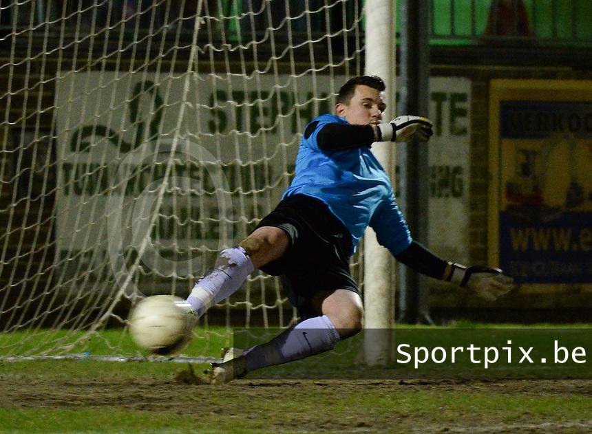 KM Torhout - FC Izegem :<br /> <br /> Doelman Kenneth vonck wordt tegenvoets genomen op de strafschop van Janis Coppin<br /> <br /> foto VDB / BART VANDENBROUCKE