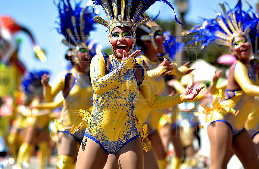 BARRANQUILLA-COLOMBIA- 10-02-2018: Desfile de la Batalla de flores del carnaval 2018. Carnaval de Barranquilla 2018 invita a todos los colombianos a contagiarse del Jolgorio general de una de las festividades más importantes del país y que se lleva a cabo del 10 hasta el 13 de febrero de 2018. / Batalla de Flores parade of the Carnaval 2018. Carnaval de Barranquilla 2018 invites all Colombians to catch the general reverly that make it one of the most important festivals of the country and take place until February 13, 2018.  Photo: VizzorImage / Alfonso Cervantes / Cont