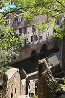 Europe/France/Aquitaine/64/Pyrénées-Atlantiques/Pays-Basque/Saint-Jean-Pied-de-Port: Un escalier mène au chemin de ronde de la citadelle. Vue sur les maisons du village et la Nive de Béhérobie