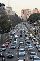 SAO PAULO, SP, 10 DE SETEMBRO DE 2013 – TRÂNSITO EM SÃO PAULO: Trânsito na Av. 23 de Maio, próximo ao Parque do Ibirapuera, zona sul de São Paulo na tarde desta terça feira. FOTO: LEVI BIANCO - BRAZIL PHOTO PRESS.
