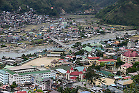PHILIPPINES, Mountain Province, Cordilleras, town Bontoc at Chico River, opposite Samoki village / PHILIPPINEN, Mountain Province, Cordilleras, Stadt Bontoc am Chico Fluss, gegenueber Samoki Dorf, unten mitte: katholische Kirche mit 4 Tuermen und rotem Dach