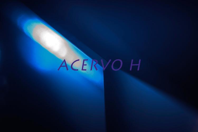 pequena luz de led projetada em prisma de cristal , Ligth Crystal.<br /> Foto Carlos Barreto.<br /> 2014