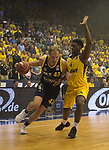 08.05.2018, EWE Arena, Oldenburg, GER, BBL, Playoff, Viertelfinale Spiel 2, EWE Baskets Oldenburg vs ALBA Berlin, im Bild<br /> <br /> Armani MOORE (EWE Baskets Oldenburg #4)<br /> Luke SIKMA (ALBA Berlin #43 )<br /> Foto &copy; nordphoto / Rojahn