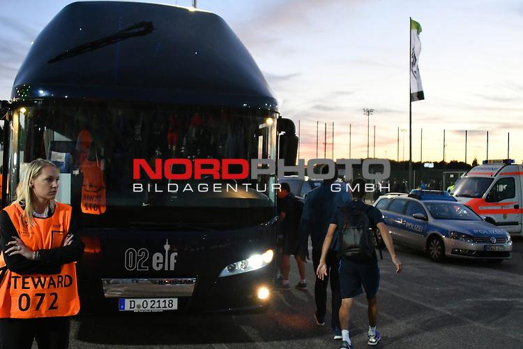 28.09.2016, Borussia Park , Moenchengladbach , CL, Gruppe C, 2. Spieltag, GER, Borussia M&ouml;nchengladbach (GER) vs. FC Barcelona (ESP)<br /> im Bild:<br /> der Bus von Barca kommt an <br /> <br /> <br /> <br /> Foto &copy; nordphoto / Meuter