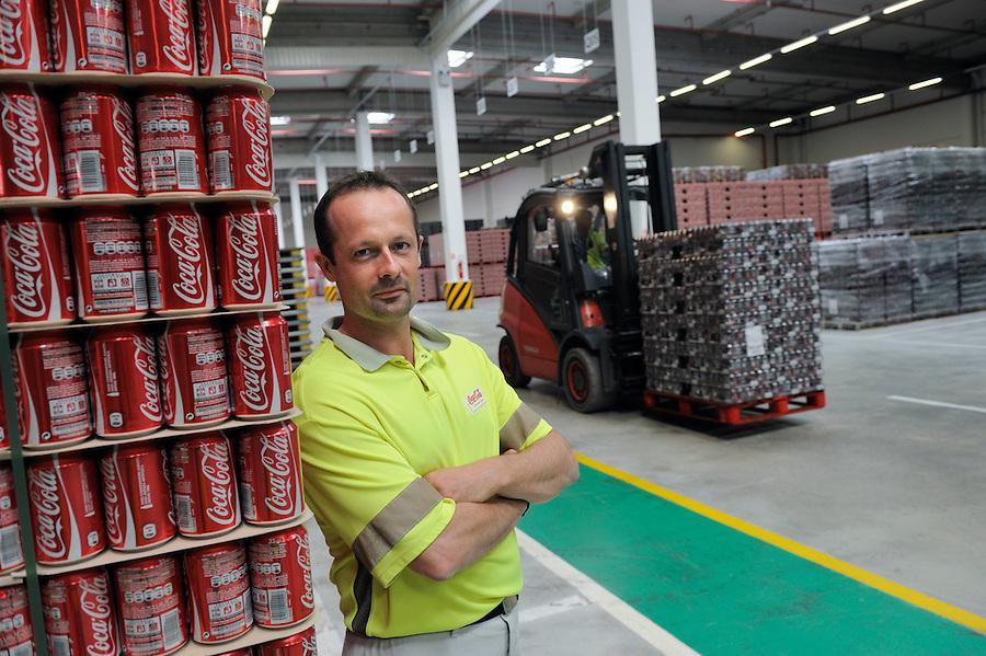 Usine COCACOLA des Pennes-Mirabeau (13) - Stéphane André, responsable logistique et le nouveau quai de chargement et les 2 plateformes de stockage