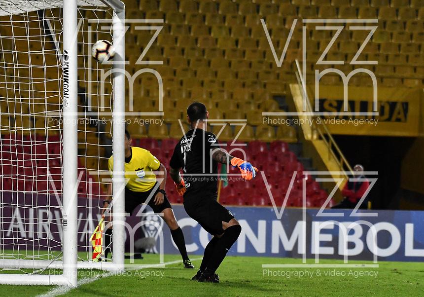 BOGOTÁ-COLOMBIA, 16–04-2019: Diego Novoa de La Equidad (COL) no detiene el disparo de Jordán Santacruz de Independiente FBC (PAR) (Fuera de Foto) desde el punto penal para definir el paso a la siguiente fase, durante partido de la primera etapa entre La Equidad (COL) y el Independiente F.B.C. (PAR), por la Copa Conmebol Sudamericana 2019 en el estadio Nemesio Camacho El Campin, de la ciudad de Bogotá. / Diego Novoa de La Equidad (COL) can´t stops Jordan Santacruz´s shot of Independiente FBC (PAR) (Outside the Pic) from the penalty spot to define the step to the next phase,during a match between La Equidad (COL) and Independiente F.B.C. (PAR), as part of the first stage for the Conmebol Sudamericana Cup 2019 in the Nemesio Camacho El Campin stadium in Bogota city. Photo: VizzorImage / Alejandro Rosales / Cont.