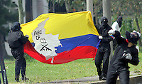 BOGOTA -COLOMBIA- 20-08-2013. Protestas en la Universidad Nacional .Encapuchados lanzaron piedras a la policia la cual respondio lanzando gases lacrimógenos.Segundo día de protestas del paro agrario. /  Protests at the National University. Hooded threw stones at the police responded by throwing gas which lacrimógenos.Second day agrarian strike protests.  . Photo: VizzorImage /Felipe Caicedo  / STAFF