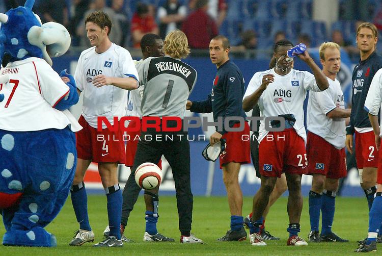 UI-Cup Rueckspiel ( R&not;łckspiel )<br /> <br /> Hamburger SV vs FC Thun<br /> <br /> Bastian Reinhardt laesst sich von dem Maskottchen zum Sieg gratulieren. Martin Pieckenhagen umarmt Collin Benjamin, waehrend sich Emile Mpenza erfrischt.<br /> <br /> Foto &not;&copy; nordphoto - Anja Heinemann<br /> <br /> <br /> <br /> <br /> <br /> <br /> <br />  *** Local Caption *** Foto ist honorarpflichtig! zzgl. gesetzl. MwSt.<br /> <br /> <br /> <br /> Belegexemplar erforderlich<br /> <br /> <br /> <br /> Adresse: nordphoto<br /> <br /> <br /> <br /> Georg-Reinke-Strasse 1<br /> <br /> <br /> <br /> 49377 Vechta
