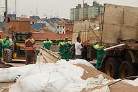 SAO PAULO, SP, 27 DEZEMBRO 2012 - ACIDENTE CAMINHAO - CARGA DE ADUBO INTERDITA VIADUTO NA ZONA SUL - Na tarde desta quinta-feira (27), fucionarios da prefeitura de Sao Paulo trabalha na limpeza do Complexo viario Escola de Engenharia Mackenzie na zona sul de Sao Paulo. Parte de uma carga de adubo tomba no Viaduto que liga a Via Anchieta a regiao central da capital. O acidente ocorreu por volta da 7:20 da manha e ainda interdita totalmente a via.(FOTO: AMAURI NEHN / BRAZIL PHOTO PRESS).