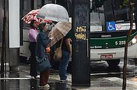ATENCAO EDITOR: FOTO EMBARGADA PARA VEICULOS INTERNACIONAIS. SAO PAULO, SP, 12 DE NOVEMBRO DE 2012 - Pancada de chuva atinge a capital na manha desta segunda feira, 12, na Avneida Paulista, regiao central.  FOTO: ALEXANDRE MOREIRA - BRAZIL PHOTO PRESS.