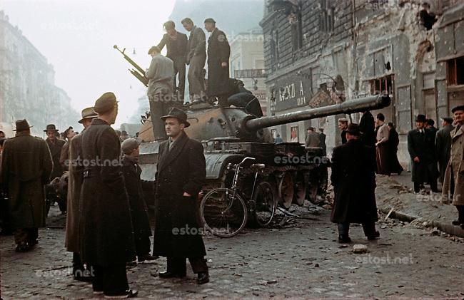 UNGARN, 10.1956.Budapest, VIII./IX. Bezirk.Ungarn-Aufstand / Hungarian uprising 23.10.-04.11.1956:.Verlassener sowjetischer Panzer des Typs T-54 in der Üllöi út, nahe der revolutionaeren Kilian-Kaserne, nach dem Waffenstillstand vom 28.10.56...Deserted Soviet T-54 tank on Ulloi ut, not far from the revolutionary Kilian barracks, after the ceasefire of oct. 28..© Jenö Kiss/EST&OST