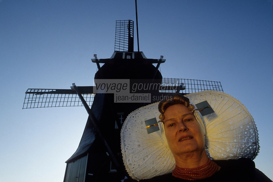 Europe/Pays-Bas/Hollande/Yerseke : Le port myticole de Yerseke - Hollandaise en costume traditionnel et moulin à vent