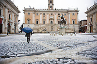 Piazza del Campidoglio. Una fitta nevicata ha imbiancato anche la Capitale dopo aver colpito gran parte dell'Italia provocando seri danni e enormi disagi alla circolazione di tutti i mezzi..A rare snowfall blanketed Rome. Other parts of the country experienced frigid temperatures unseen in years.