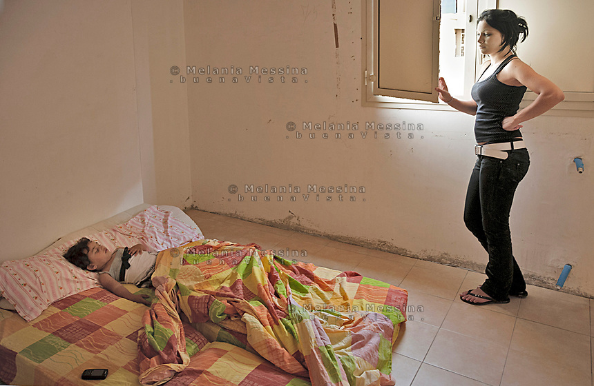 Palermo, a young woman with her child occupies an empty house in Zen neigborood.<br /> Palermo, una giovane  donna e la sua bambina con la famiglia occupa una casa nel quartiere Zen.