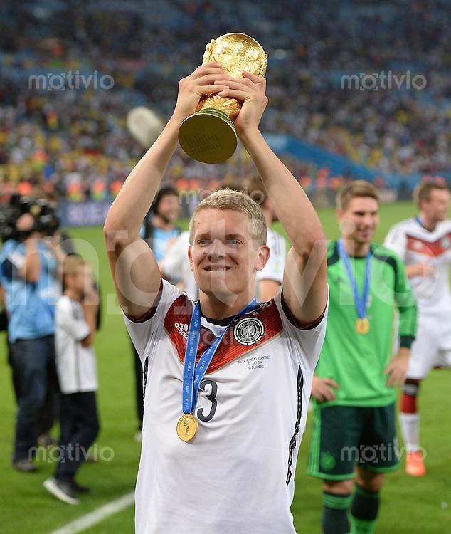 FUSSBALL WM 2014                       FINALE   Deutschland - Argentinien     13.07.2014 DEUTSCHLAND FEIERT DEN WM TITEL: Matthias Ginter jubelt mit dem WM Pokal