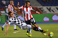 BARRANQUIILLA -COLOMBIA-02-04-2014. Juan Guillermo Dominguez (Der) de Atlético Junior disputa el balón con Jeison Gordillo (Izq) del Boyacá Chicó durante partido por la fecha 14 de la Liga Postobón I 2014 jugado en el estadio Metropolitano Roberto Meléndez de la ciudad de Barranquilla./ Atletico Junior  player Juan Guillermo Dominguez (R) fights for the ball with Boyaca Chico player Jeison Gordillo (L) during match for the 14th date of the Postobon League I 2014 played at Metropolitano Roberto Melendez stadium in Barranquilla city.  Photo: VizzorImage/Alfonso Cervantes/STR
