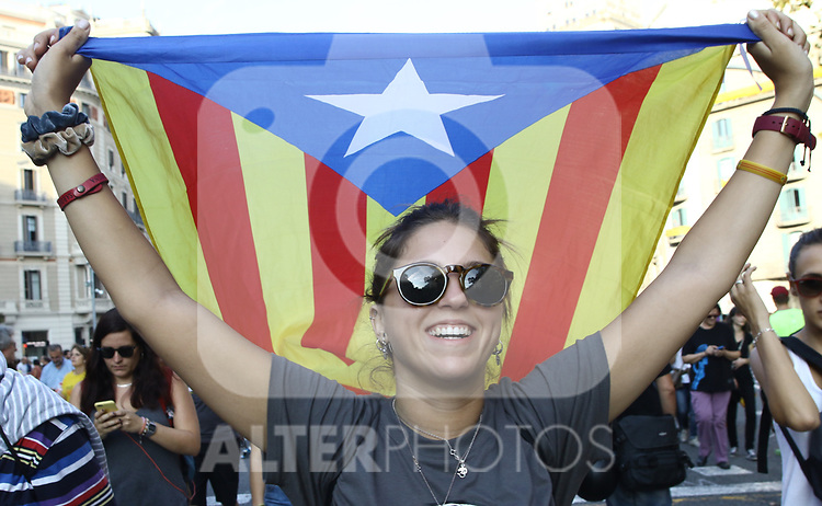 Supporters of the CUP demand to declare independence today from the outside of the Parliament of Catalonia. October  3, 2017. (ALTERPHOTOS/Juan Carlos Rojas)