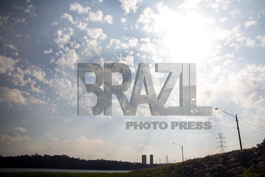 SAO PAULO, SP - 21.08.2015 - ABASTECIMENTO-SP - Vista da Represa do Guarapiranga na zona sul de S&atilde;o Paulo, nesta sexta-feira, 21. O sistema Guarapiranga est&aacute; com 69,9% de sua capacidade de armazenamento.<br /> (Foto: Fabricio Bomjardim / Brazil Photo Press)