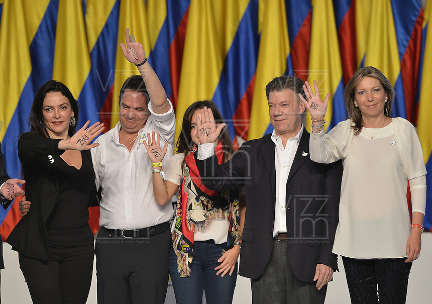 BOGOTÁ -COLOMBIA. 15-06-2014. Juan Manuel Santos (ISegundo Der-zq) candidato por el partido de La Unidad Nacional acompañado de su familia y su fórmula vicepresidencial Germàn Vargas Lleras (segundo Izq-Der) tras terminar su discurso como presidente electo en las eleccciones presidenciales para el período constitucional 2014-18 en Colombia a Oscar Ivan Zuluaga del partido Centro Democratico. La segunda vuelta de la elección de Presidente y vicepresidente de Colombia se cumplió hoy 15 de junio de 2014 en todo el país./ Juan Manuel Santos (second from R)candidate by National Unity party acompanied with his family and his runmate German Vargas Lleras (second from L) after finishing his speech as president elected in the Presidential elections for the constitutional period 2014-15 in Colombia to Oscar Ivan Zuluaga by Democratic Center party. The second round of the election of President and vice President of Colombia that took place today June 15, 2014 across the country. Photo: VizzorImage/ Gabriel Aponte / Staff